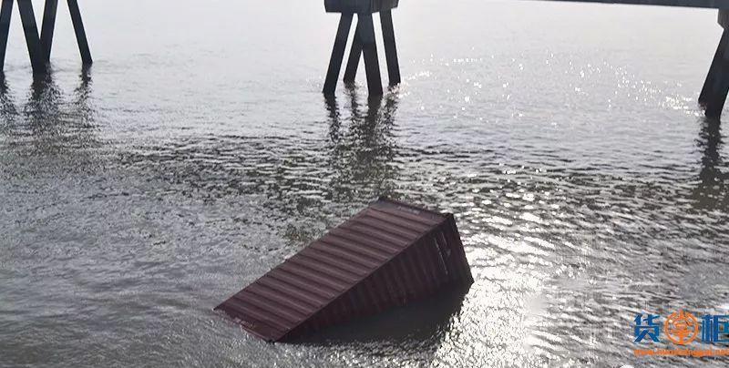 太仓水域两船相撞,箱船翻扣,115个集装箱落水!!